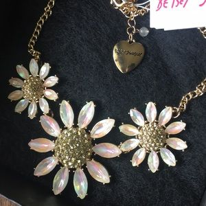 Gorgeous Daisy Flower Crystal Necklace - NWT